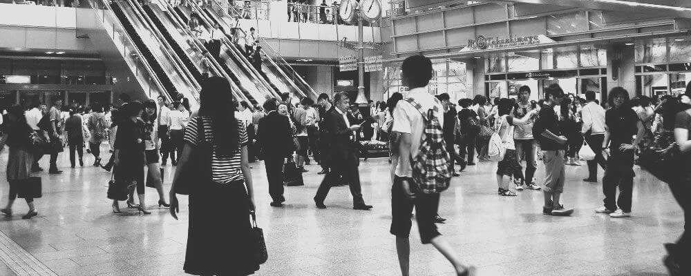 駅ビルの中を歩く人々