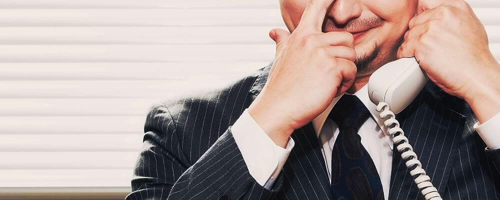 現金化業者に電話をする男性